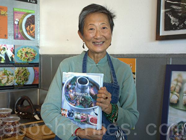 图:圣地亚哥第一家泰式餐厅Saffron今年迎来开业30年大庆。古稀之年的的店主人于素梅(Su-mei Yu)虽然已是名人,仍然喜欢掌勺、为客人上菜、与客人交谈。图为于素梅介绍她的新书《生活的基本要素》。(杨婕/大纪元)