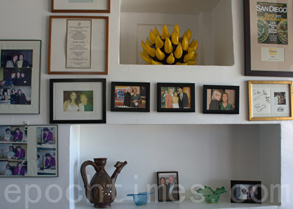 Saffron扎根主流,三十年来,于素梅到多家电视台参加厨艺秀,介绍泰式餐点。馆里摆放着她和名厨、电视名主持的合影,彰显她的声名。(杨婕/大纪元)