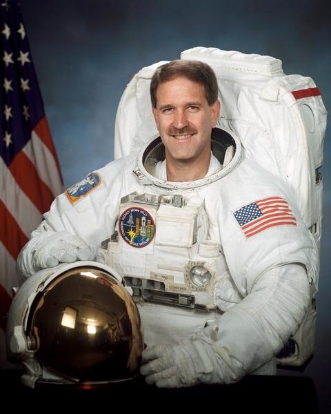 美国宇航员约翰‧格朗斯菲尔德(John Grunsfeld)表示,如果外星人确存实在,那么他们应该已经知道人类的存在。(维基百科公有领域)