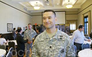 洛市徵兵官陸軍上校勞倫斯(Norman Lawrence)。(楊陽/大紀元)