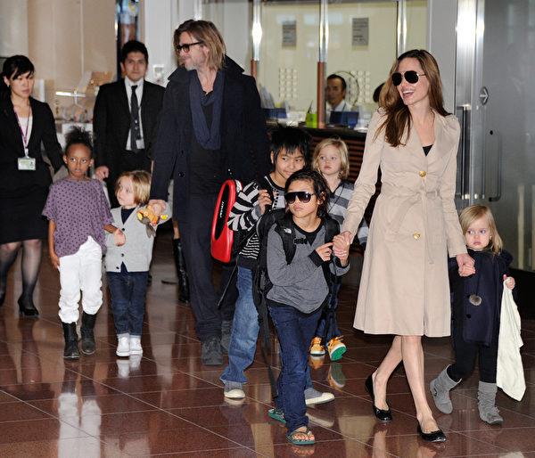 2011年11月,朱莉、皮特与六个孩子在日本下飞机,一同参加皮特新片首映式。(TORU YAMANAKA/AFP/Getty Images)
