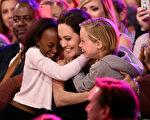 2015年3月28日,朱莉的长女希洛(右)与养女扎哈拉祝贺妈妈凭借《沉睡魔咒》一片荣获儿童选择奖最佳反派奖。两位友人日前透露,已是六个孩子父母的朱莉和皮特已决定再收养一个叙利亚孤儿。(Kevin Winter/Getty Images)