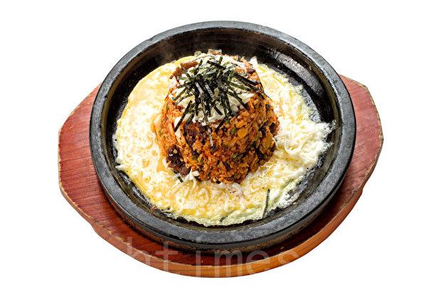 特色泡菜炒飯:泡菜+雞蛋+莫薩里拉乾酪。(張學慧/大紀元)