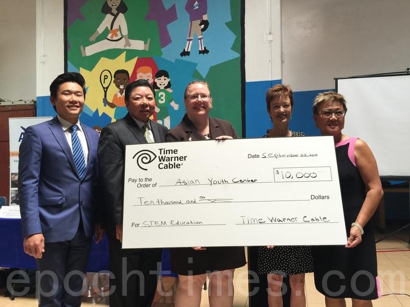 时代华纳有线公司(右二为其社区投资主任金拉图)为圣盖博亚裔青少年中心(AYC)捐款一万美元,资助该中心课后及暑期辅导项目。(刘菲/大纪元)