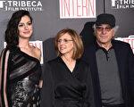 安妮‧海瑟薇(左起)與導演南希‧邁耶斯和老牌影星羅伯特‧德尼羅一起出席《實習生》紐約首映。(Dimitrios Kambouris/Getty Images)