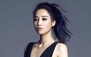 A-Lin为林依晨主演的电影《234说爱你》演唱主题曲《忘记拥抱》。(索尼音乐提供)
