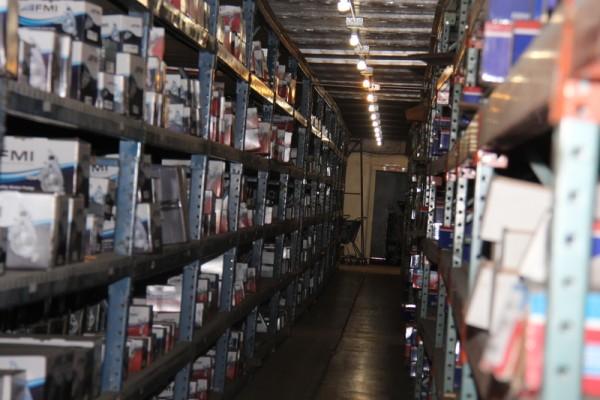 圖:萬達作為汽車配件供應商,倉庫有上百萬種的產品。(馬天祥/大紀元)