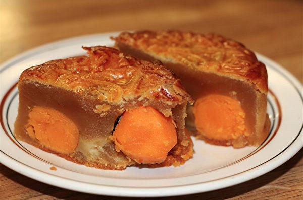 圖:東亞餅家的四黃蓮蓉月餅。(李晴照/大紀元)