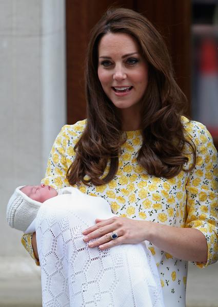2015年5月2日,凱特王妃抱著出生幾天的小公主走出醫院與公眾見面。(Chris Jackson/Getty Images)