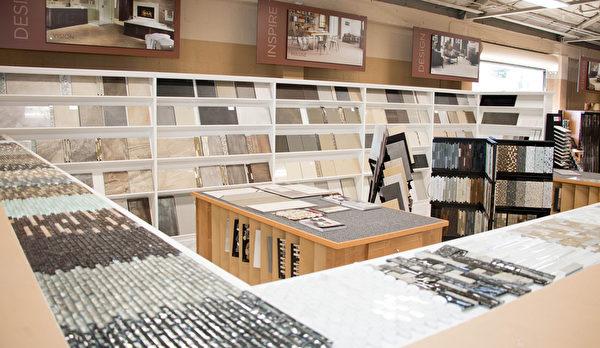 片状、粒状、条状的磁砖陈列清楚,种类、品牌多元。(许心如/大纪元)