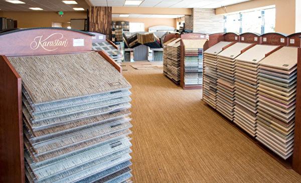 图:不同的颜色、材质、触感的地毯。(许心如/大纪元)