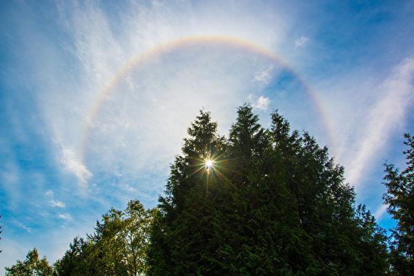 中午时分,西雅图天空出现巨大的日晕。(马有志/大纪元)