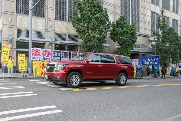 9月23日上午习近平的车队离开酒店时,在呼吁法办江泽民的横幅前通过。(曹景哲/大纪元)