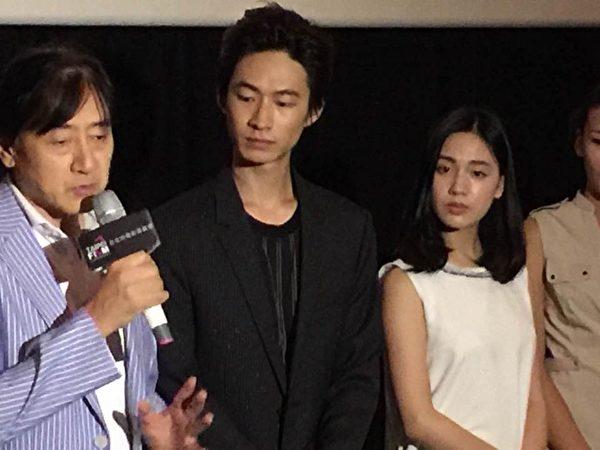 男主角黄河(中)代表主要演员出席首映。(华影提供)