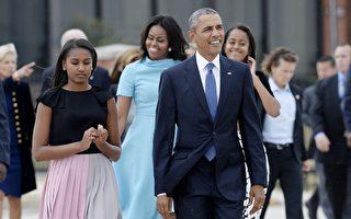 2015年9月22日,马里兰州安德鲁斯空军基地,奥巴马总统偕同第一夫人米歇尔及两名女儿,前往安德鲁斯空军基地,迎接天主教教宗方济各。(Olivier Douliery-Pool/Getty Images)