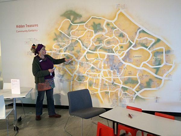 Belconnen艺术中创意项目总监Monika McInerney介绍Belconnen故事墙。(宋华/大纪元)