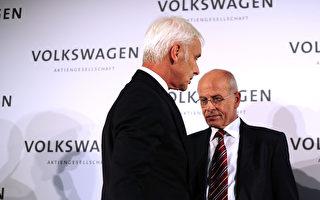 去年9月25日,原大众旗下保时捷总裁穆勒(左)临危受命,接任大众CEO一职,但排污舞弊软件所引发的风波远没有停止。(Alexander Koerner/Getty Images)