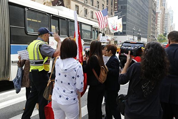2015年9月26日,紐約華爾道夫酒店附近,扛著中共血旗歡迎習近平的隊伍與維權訪民起衝突。(施萍/大紀元)
