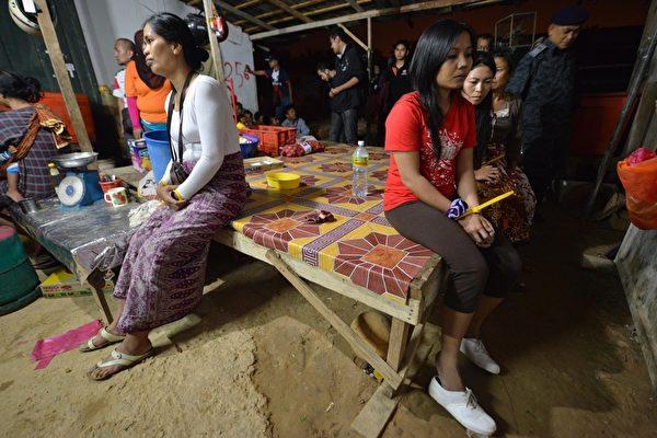 美國喬治麥遜大學路易絲博士指出,人口販運人數逐年增加,多數受害者為勞工剝削,其中絕大多數是女性。圖為馬來西亞打擊拘捕非法外勞。(AFP)