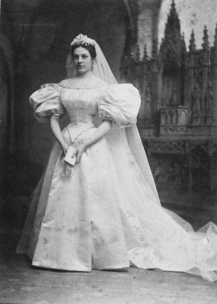 阿貝的高祖母瑪麗‧勞莉(Mary Lowry)於1895年12月11日結婚時穿的婚紗,至今已經傳承120年。(Courtesy of Abigail Kingston)