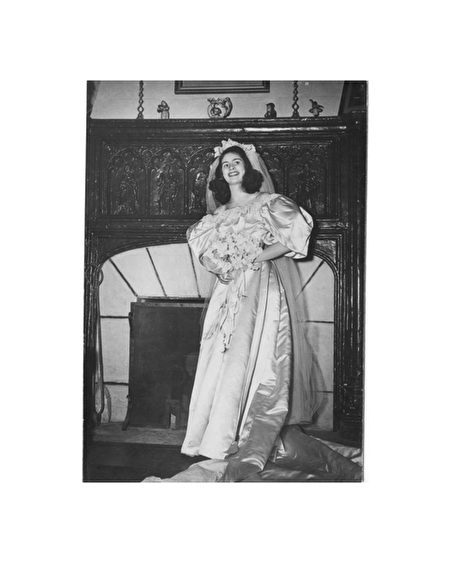 簡‧伍德羅夫(Jane Woodruff)在1946年2月20日結婚時,成為家族中第二位披這件婚紗的女性。(Courtesy of Abigail Kingston)
