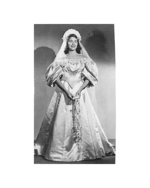 維吉尼亞‧伍德羅夫(Virginia Woodruff)在1948年10月13日結婚時,成為家族中第三位披這件婚紗的女性。(Courtesy of Abigail Kingston)