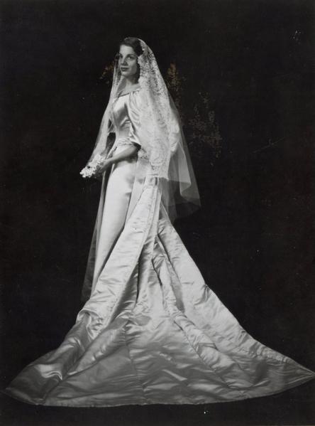 莎拉‧賽勒(Sara Seiler)在1960年6月15日結婚時,成為家族中第四位披這件婚紗的女性。(Courtesy of Abigail Kingston)