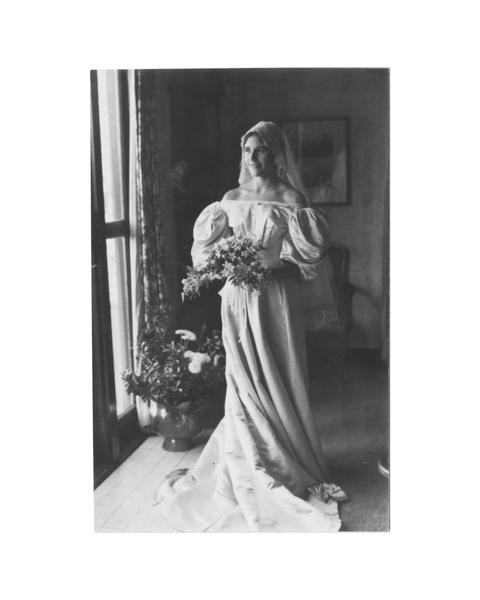 萊爾德‧麥康奈爾(Laird MacConnell)在1976年10月16日結婚時,成為家族中第五位披這件婚紗的女性。(Courtesy of Abigail Kingston)