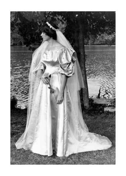 阿貝的媽媽萊斯利‧金斯頓(Leslie Kingston)在1977年8月6日結婚時,成為家族中第六位披這件婚紗的女性。(Courtesy of Abigail Kingston)