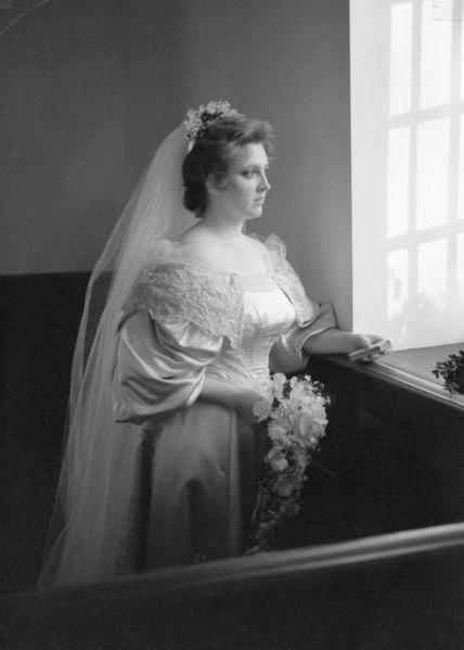 珍妮特‧科恩斯(Janet Kearns)在1982年10月30日結婚時,成為家族中第七位披這件婚紗的女性。(Courtesy of Abigail Kingston)