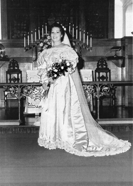 維吉尼亞‧科恩斯(Virginia Kearns)在1989年8月26日結婚時,成為家族中第九位披這件婚紗的女性。(Courtesy of Abigail Kingston)