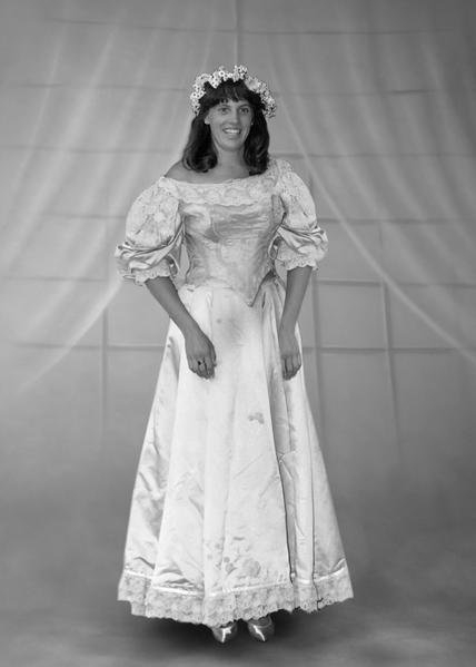 安‧奧格頓(Ann Ogden)在1991年7月4日結婚時,成為家族中第十位披這件婚紗的女性。(Courtesy of Abigail Kingston)