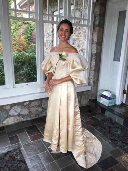 阿貝身穿修補一新的婚紗。(Courtesy of Abigail Kingston)