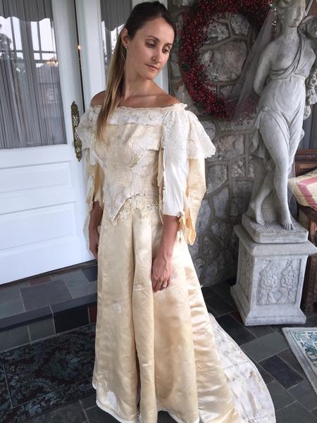 阿貝試穿袖子沒有補好的婚紗。(Courtesy of Abigail Kingston)