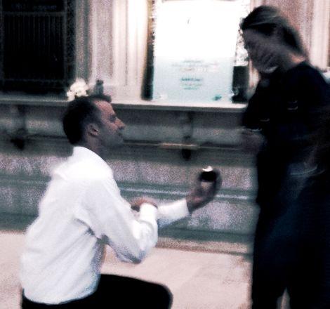 傑森在曼哈頓中央車站向阿貝求婚。(Courtesy of Abigail Kingston)