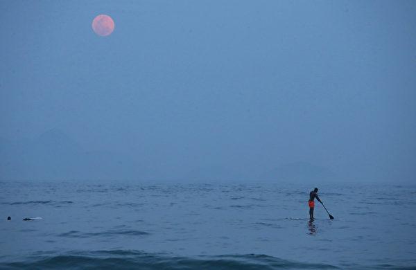 9月27日,在月全食之前的智利上空超級月亮。(Mario Tama/Getty Images)