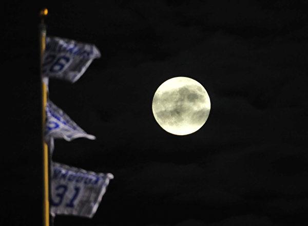 9月27日,在月全食之前的芝加哥上空超級月亮。(David Banks/Getty Images)