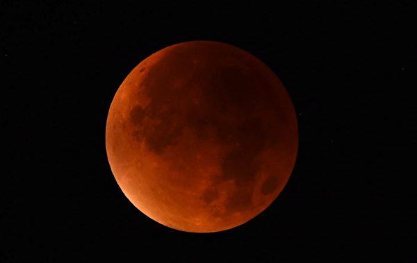 當地時間9月28日晚,在西德的Essen的天空上,出現了一輪美麗的超級血月。(PATRIK STOLLARZ/AFP/Getty Images)