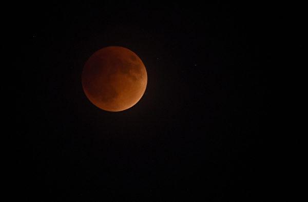 9月27日,拉斯維加斯上空升起超級血月。 (Ethan Miller/Getty Images)