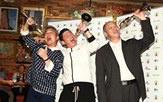 《一字千金》获综合节目奖,主持人曾国城(中)与制作人焦志方(左)、王钧(右)开心拿奖座合影。(公视提供)