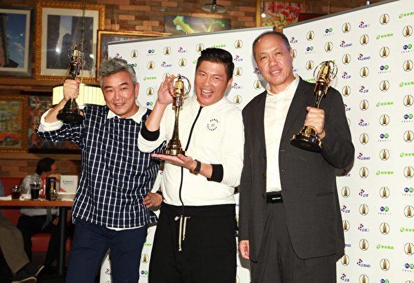 《一字千金》獲綜合節目獎,主持人曾國城(中)與製作人焦志方(左)、王鈞(右)拿獎座合影。(公視提供)