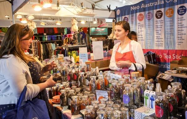 花展上有许多手工艺商家还有很多自然食品商人来到这里出售他们的产品。(伊罗逊/大纪元)