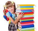 孩子的阅读能力需要经过一段时间才能培养起来,家长只要享受和孩子一起阅读的时光,不要担心孩子的阅读水平。(Fotolia)