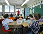 将家里的几个孩子送到同一所学校上学,既方便家长接送孩子上下学,又对孩子们有好处。但是,也有不利的一面。(Phil Mislinski/Getty Images)