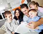 美國哈佛大學的研究揭示,在幼兒睡覺前,由父親讀故事給他們聽,效果比較好。圖為父母親在讀書給孩子聽。(Fotolia)