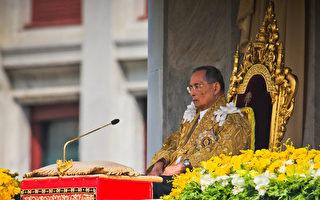 泰国国王蒲美蓬前一段时间因肺炎住院治疗,泰国王室宫务处今天发布声明表示,泰王的肺炎痊愈,康复静养。图为2012年泰王85岁生日时向前来祝福的民众讲话。(Athit Perawongmetha/Getty Images)