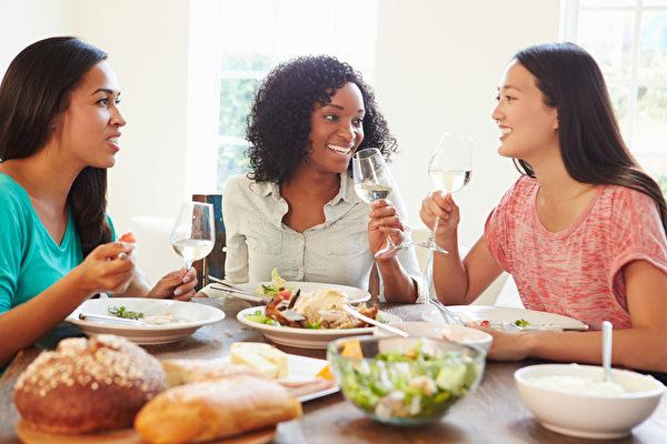健康的一餐,与好友共享。(Fotolia)