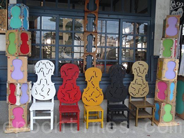 竹田驿园内的座椅打造小提琴意象,兼具艺术廊道特色。(曾晏均/大纪元)