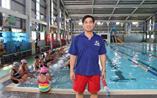 蔡国昭目前在嘉义市西区博爱游泳池担任教练及管理。时时不忘以自己的专长推广水疗复健,前二年为免费推广,后二年帮助对方作申请补助。(李撷璎/大纪元)