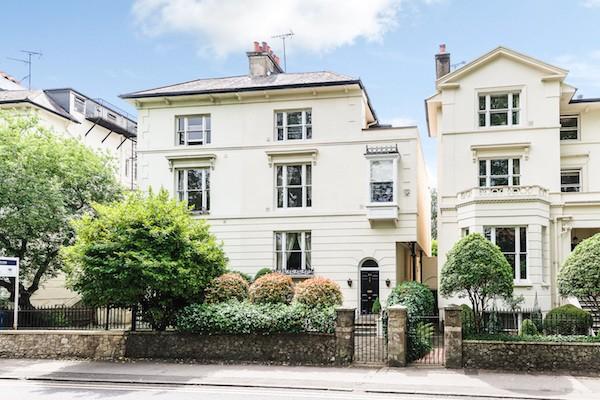 位于克拉伦斯路20号(20 Clarence Road)的五层联排别墅外景。20 Clarence Road, Windsor, Berkshire Sl4 5AF,245万英镑。